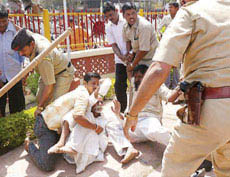 75 year Pujya Sambhaji Bhide Guruji being brutally beaten by police
