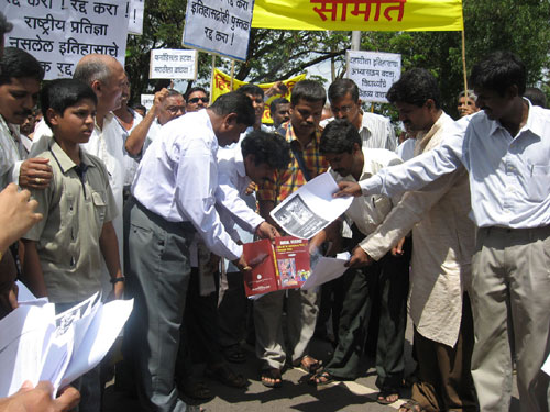 Hindus burning copies of NCERT books which distort Bharat's History