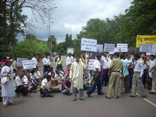 Protestors block the road toward Vidhanbhavan