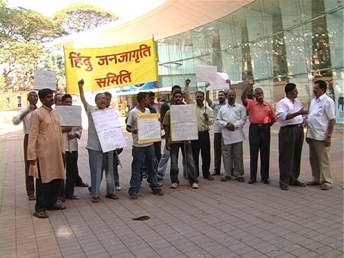 HJS activists protestinf against 'Slumdog Millionarie'
