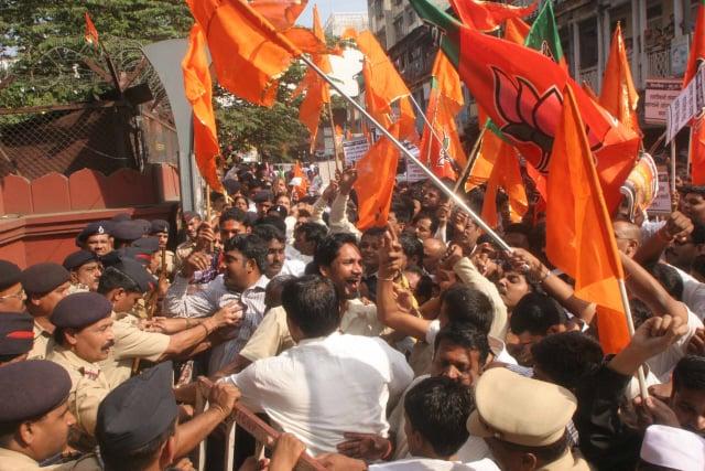 Police opposing Pro-Hindus