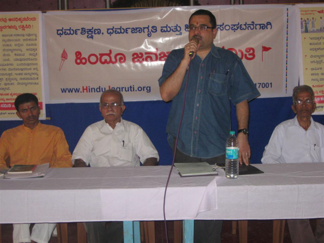 Adv. Ravindra Kamath addressing in the Temple trustees meet