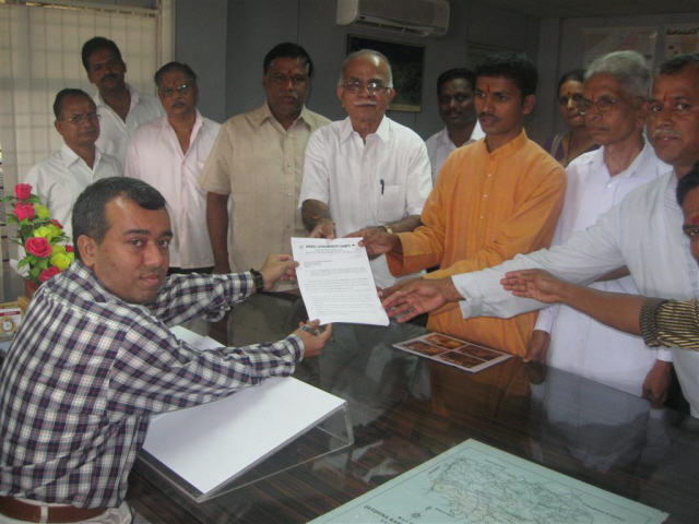 HJS members and Temple Trustees submitting memorandum to Dakshin Kannada District Collector