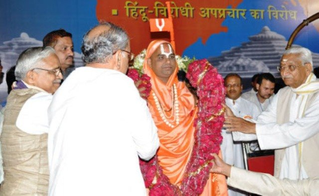 Jagadguru Narendracharyaji Maharaj felicitated by Mr.Ashok Singhal of VHP