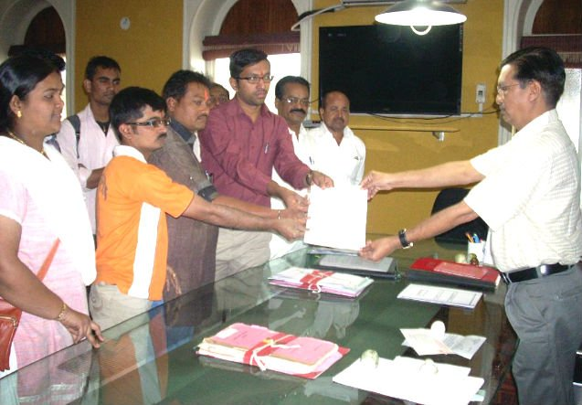 HJS members submitting memorandum to District Collector, Jalgaon