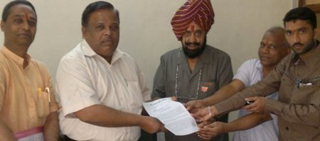 HJS members submitting memorandum to Tahsildar Mr Vinod Gosavi