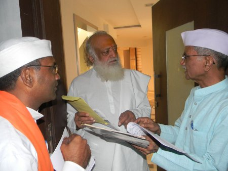 Hindu activists giving information to H.H. Asaramji Bapu about the proposed act