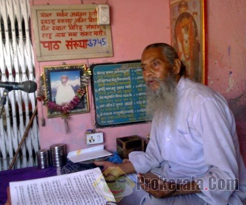Temple priest reciting the Indian epic Ramayana in Achnera town in Agra