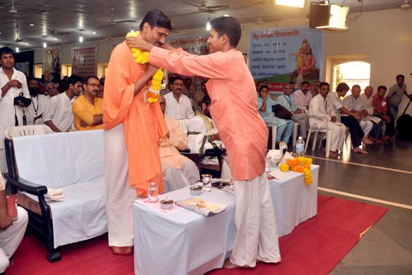 Pujya Sindhhalinga Mahaswami being feliciated at Hindu Convention