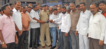 Hindus submitting memorandum to Police