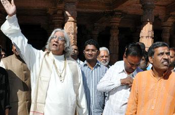 Pujya Acharya Dharmendraji observing Bhojshala
