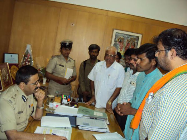 HJS activists and Hindus submitting memorandum to Police Commissioner
