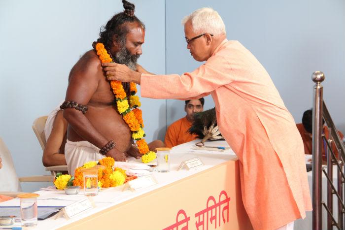 Felicitation of H. H. Ishwarbuva Ramadasi by Shri. Prakash Malondkar