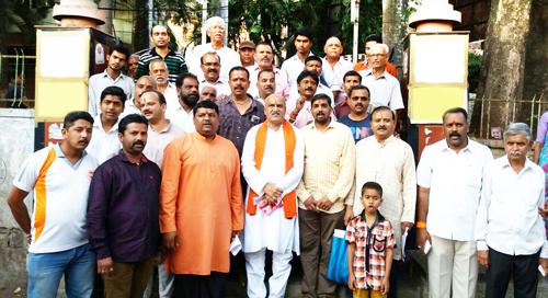 मध्य में, गले में उपवस्त्र धारण किये हुये श्री. प्रमोद मुतालिक, उनकी बार्इं ओर समिति के श्री. सुनील घनवट एवं अन्य हिन्दुत्वनिष्ठ