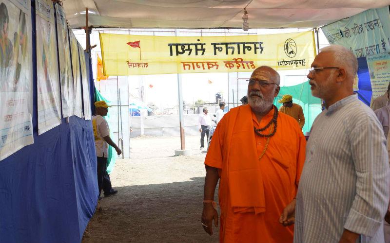 प.पू.स्वामी परमानंद सरस्वतीजी महाराज प्रदर्शनी देखते समय
