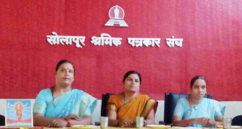 पत्रकार परिषद में दायी ओर से श्रीमती राजश्री तिवारी, श्रीमती सुनीता दीक्षित तथा कु. दीपाली मतकर