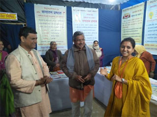 प्रयागराज कुंभमेले में साध्वी सरसस्वतीजी द्वारा सनातन की ग्रंथ प्रदर्शनी का अवलोकन