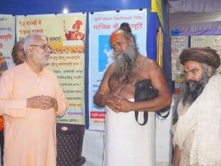 राजकोट गुजरात के श्री श्री १००८ महंत श्री घनश्यामदासजी बापू को पर्दाशनी की जानकारी देते विनय पानवलकर