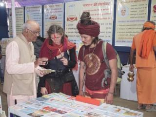 फ़्रेंच नागरिकों को ग्रंथ की जानकारी देते हुए श्री राम काने