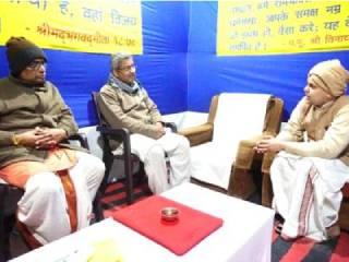 प्रयागराज (कुंभनगरी) में सनातन संस्था द्वारा आयोजित की गई ग्रंथप्रदर्शनी को श्री अभिषेक महाराज की सदिच्छा भेट