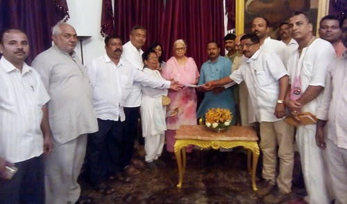 Gou-rakshaks submitting representation to Governor, Sou. Mrudula Sinha