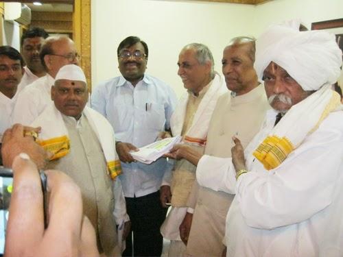 Finance Minister Shri. Sudhir Mungantiwar (in centre) accepting representation from H.B.P. Shriram  Maharaj Joshi, H.B.P. Shrirampant Sonolikar, H.B.P. Nivrutti Maharaj Vakte, H.B.P. Devrao Maharaj  Vanave (on left) and Shri. Sunil Ghanavat (at the back)