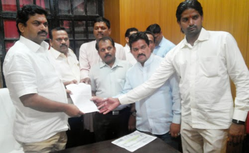 Shri. Narendra Pawar (in centre) Shri. Upendra Dahake, Shri. Sunil Ghanavat and other activists giving representation to Shri. Ram Shinde, Home (State) Minister (Rural)