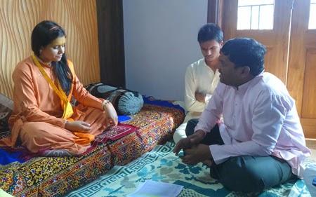 Shri. Sunil Ghanwat of Shri Mahalakshmi Ambabai Devasthan Anti- corruption Samiti meeting H.H. Sadhvi Balika Saraswatiji and explaining about PMDS scam. Sadhviji extended full support for the protest march