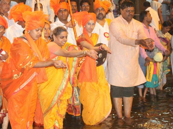 Karyakartas of the HJS at the Kumbh Parva
