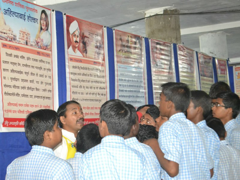HJS' activist explaining students exhibition on history of revolutionaries