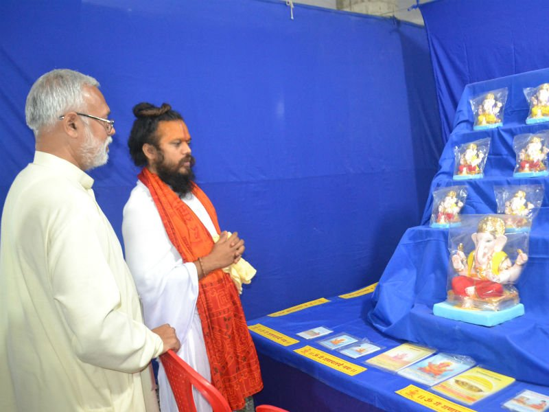 Balyogeshwar maharaj having a look at the Ganesh Sculpture at the Exhibition