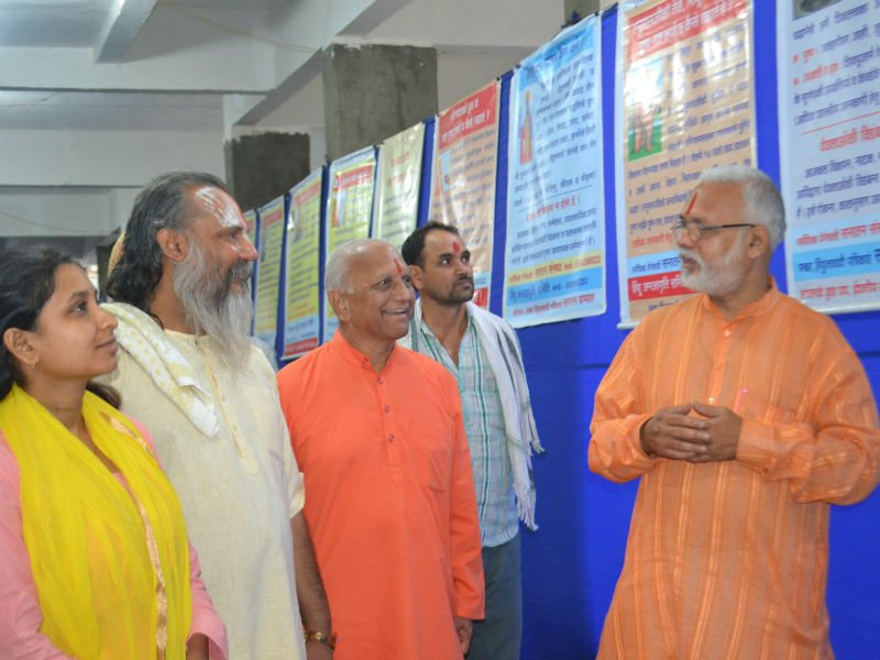 Pu. Bhaiyadasji Maharaj being explained the flex charts by Shri Vinay Panvalkar
