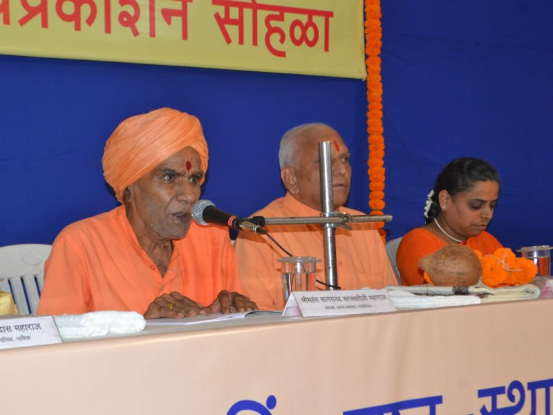 Shri Mahant Sagaranand Maharaj addressing the jidnyasus