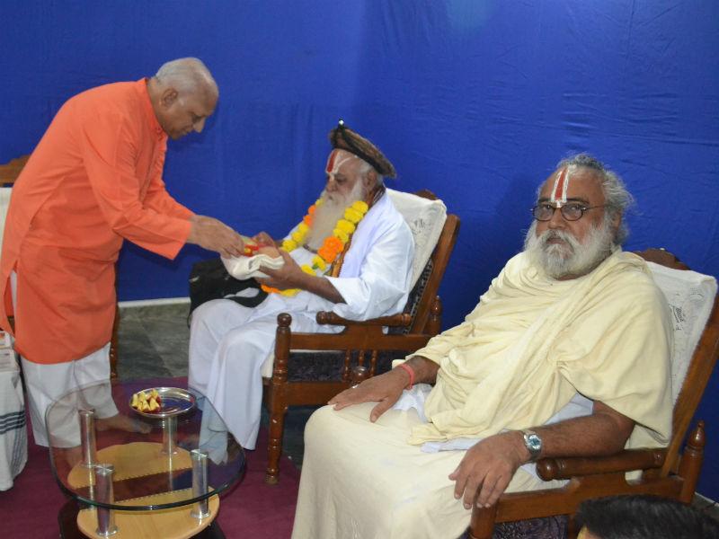Mahamandaleshwar Shri Shri 1008 Shri. Mahant Omkardas Kathia Maharaj being felicitated