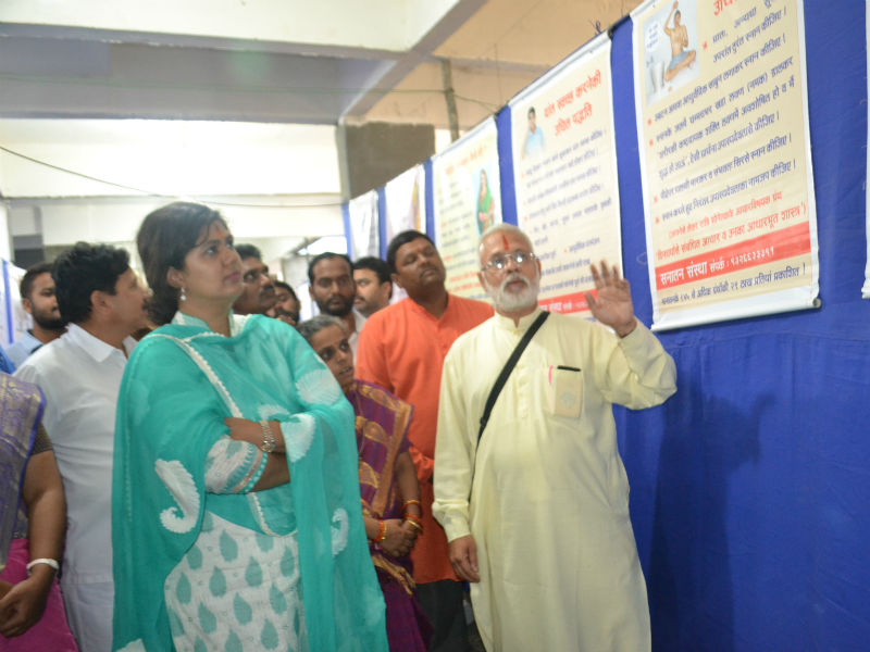 Minister Pankaja Munde-Palave exploring the Flex Chart Exhibition