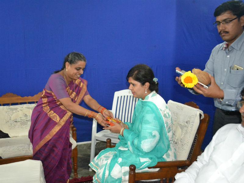 Minister Pankaja Munde-Palave, being felicitated by Pujya. Swati Khadye