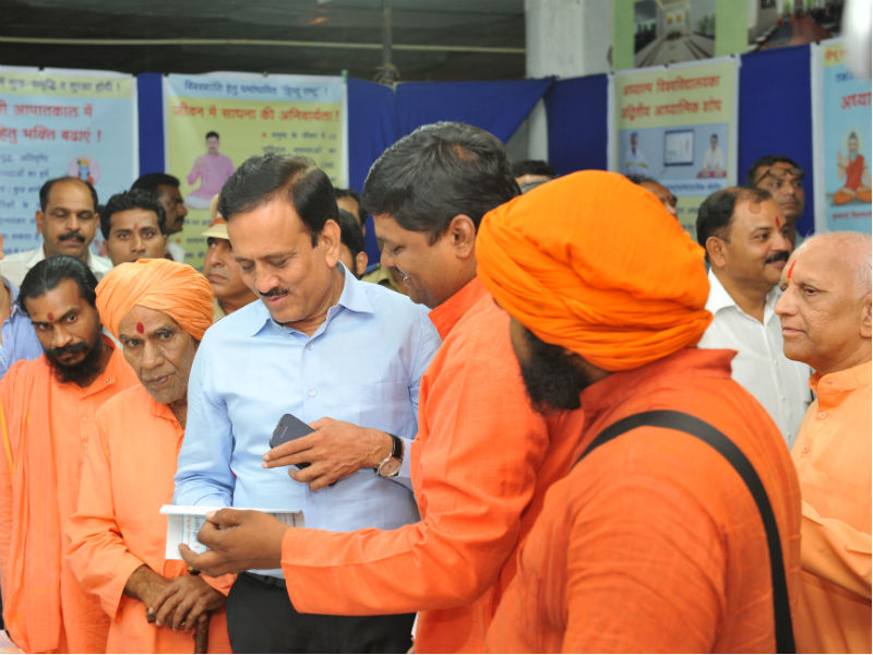 Shri Girish Mahajan and other dignitaries exploring the exhibtion
