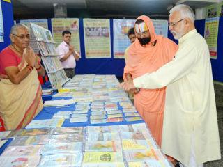 Shri Mahant 108 Devaramdasji Maharaj at the Exhibition.