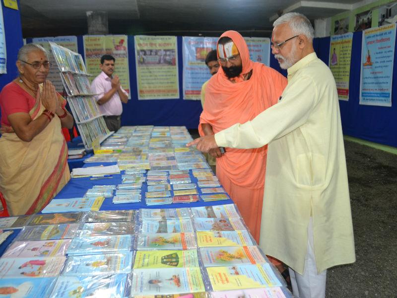 Shree Mahant 108 Devramdasji Maharaj  at the exhibition, along side is Shri Vinay Palvalkar