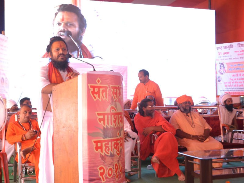 Pu. Mahant Shri Balakdasji Mahatyagi Maharaj addressing the devout hindus