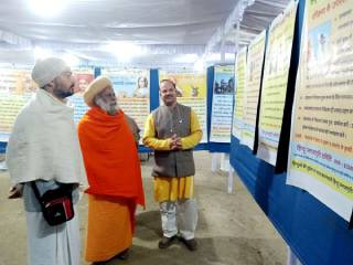 Sanatan seekers look happy in Saints' company since they render service to Saints ! – Shri Shri 1008 Shri Mahamandaleshwar Mahant Raghuveerdas Mahatyagi Maharaj