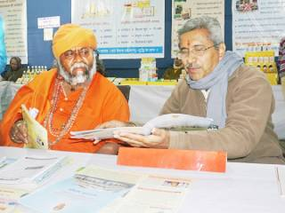 Swami Ramagiri Bapu Mehasana from Gujarat visits Sanatan's book-exhibition !