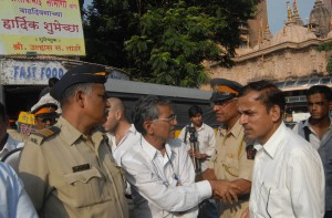 Mumbai Police arguing with HJS activists